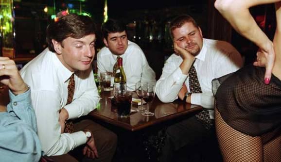 Des hommes dans un club de Strip